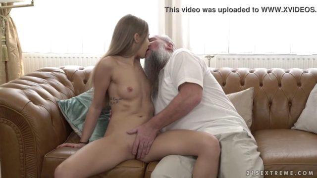 Abuelo pervertido con la nieta follando a escondidas