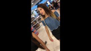 upskirt chica mexicana en el centro comercial
